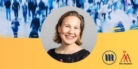 Rund porträttbild på Ruth Illman. I bakgrunden uppe en folkmassa med suddiga människor. I bakgrunden nere gult och Minoritetsforskningens logo och ÅAs logo.