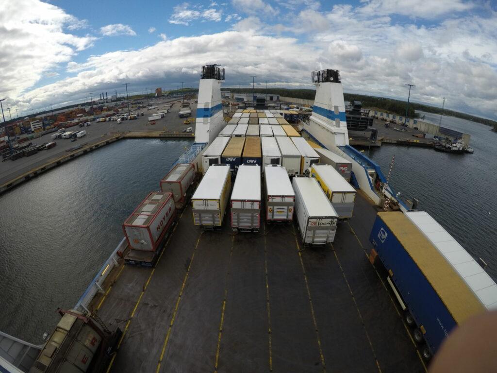 Vy över ett fraktfartygs däck.