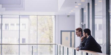 Två studerande i en aula.