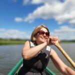 Cecilica Lindberg paddlar kanot i solsken.