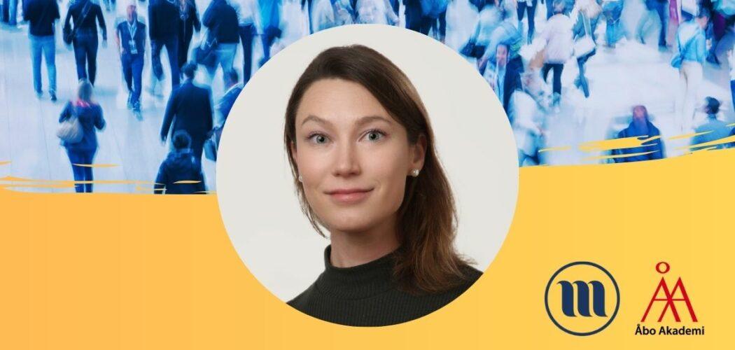 Rund porträttbild på Astrid Huopalainen. I bakgrunden uppe en folkmassa med suddiga människor. I bakgrunden nere gult och Minoritetsforskningens logo och ÅAs logo.