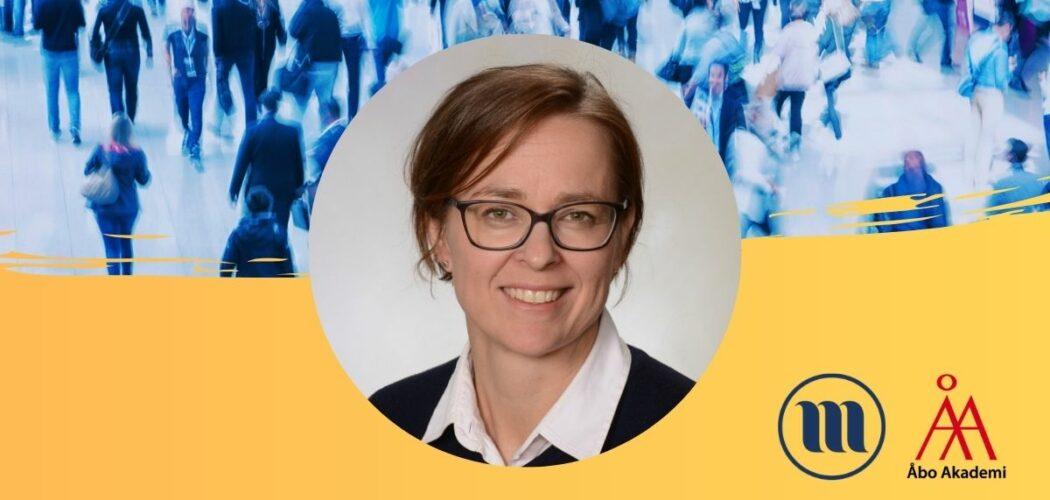 Rund porträttbild på Fredrica Nyqvist. I bakgrunden uppe en folkmassa med suddiga människor. I bakgrunden nere gult och Minoritetsforskningens logo och ÅAs logo.