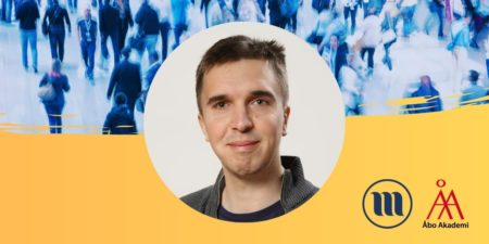 Rund porträttbild på Mats Wickström. I bakgrunden uppe en folkmassa med suddiga människor. I bakgrunden nere gult och Minoritetsforskningens logo och ÅAs logo.