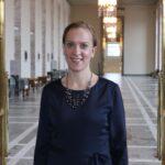 Sandra Bergqvist i en korridor i Riksdagshuset.
