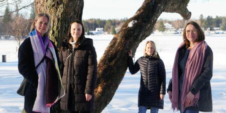 Fyra kvinnor, projektpersonalen i TESSU, fotade utomhus.