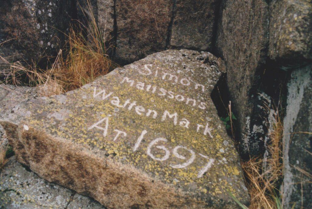 En trekantig sten med inristningen WattenMärk. År 1697.