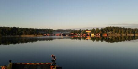 Ett vindstilla skärgårdslandskap från ön Björkö i Houtskär.