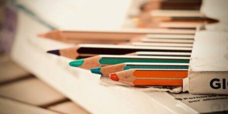 Färgpennor i en ask.