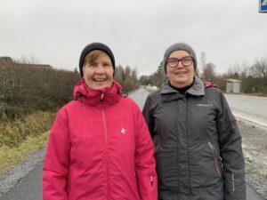 Gunilla Westerberg (till vänster i rosa rock) och Agneta Åkersten (till höger i grå rock) utomhus