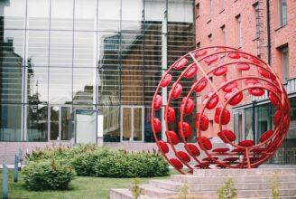 Parabolarenan, konstverk av Albert Braun på Academills innergård.