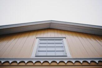 Fasaden på ett gult trähus.
