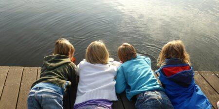 Fyra barn på en brygga.
