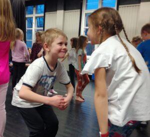 Dansen väcker glädjen i att röra på sig och ger alla barn möjlighet att lyckas, oberoende vilka fysiska förutsättningar hen har. Den är ett verktyg som kunde utnyttjas bättre i de pedagogiska processerna i våra skolor. Foto: Mia Wiik