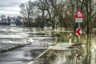 En gata som är rejält översvämmad.