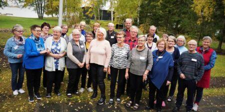 En grupp glada människor i pensionsåldern.