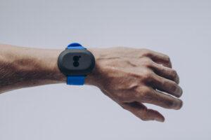 bild på en hand med en blåsvart sensor som ser ut som ett armbandsur