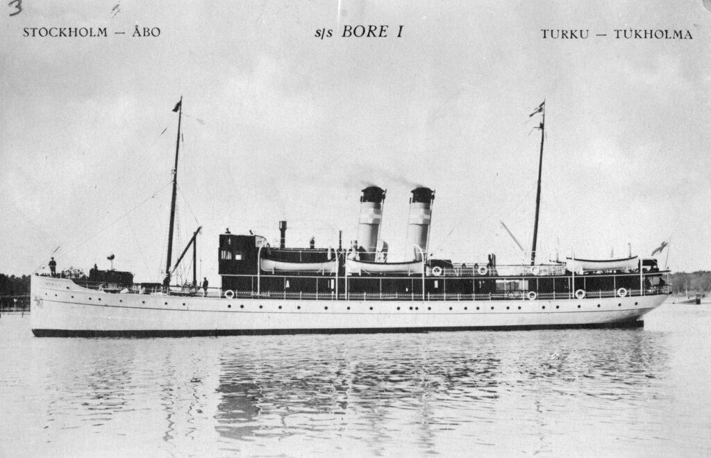 En gammal svartvit bild på ångfartyget Bore,