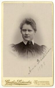 Ett gulnat porträtt av Anna Bäcktröm.