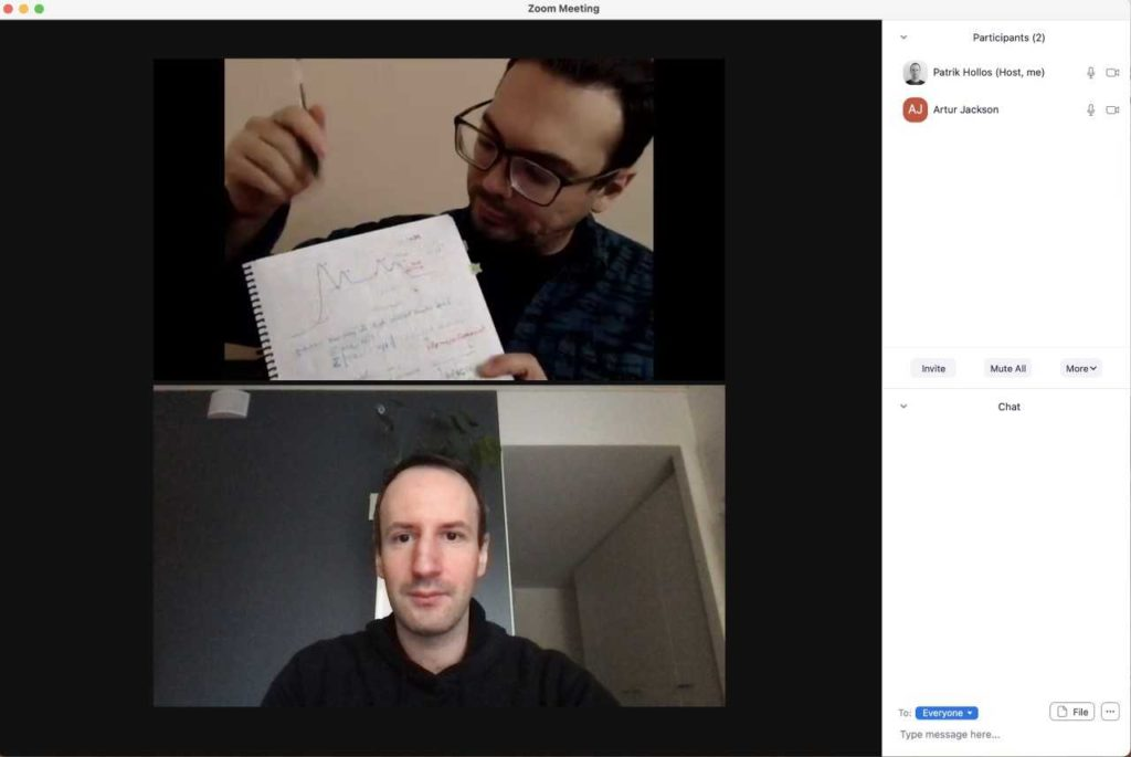 Foto av bildskärm från möte mellan Artur Jackson och Patrik Hollós. Två personer i två bilder ovanför varandra.