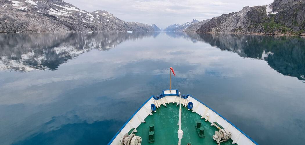 Forskningsfartyget Dana i sydvästra Grönlands fjordar.