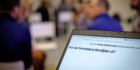 En datorskärm som visar texte: Hur ser framtidens lärmiljöer ut?.