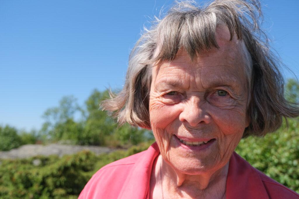 NÄrbild på ansiktet av en glad äldre kvinna, Ea Nordberg.