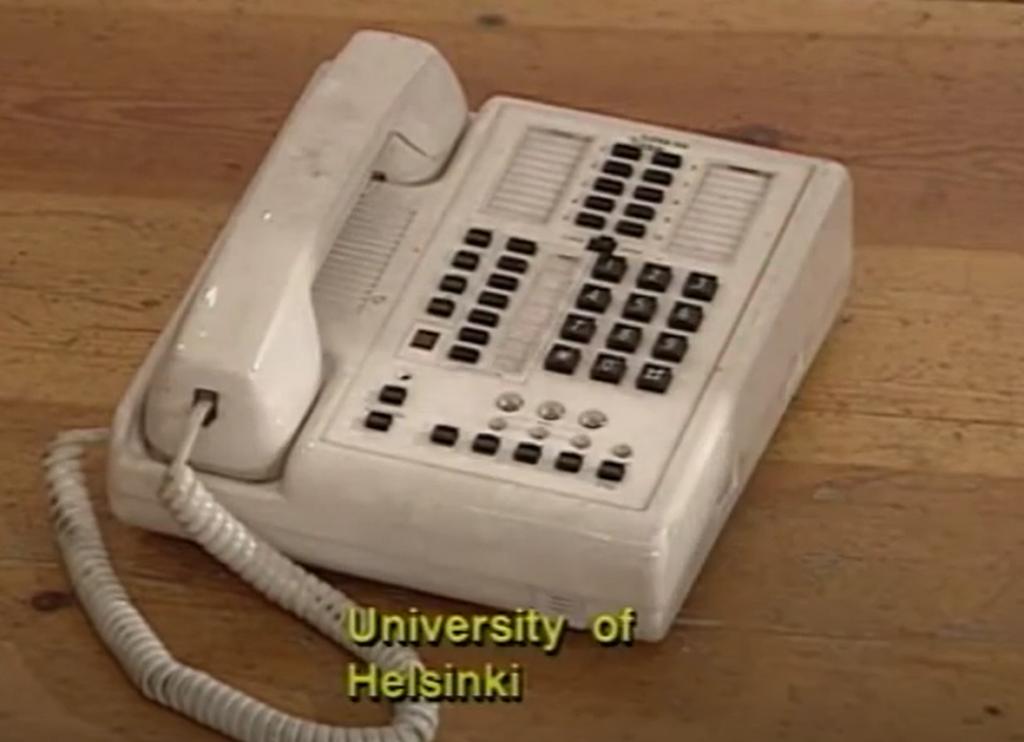 En trådtelefon från 1990-talet. På bilden syns texten University of Helsinki.